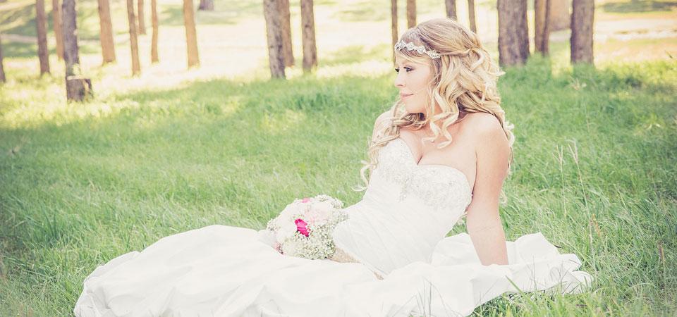 Braut im Brautkleid auf einer Wiese