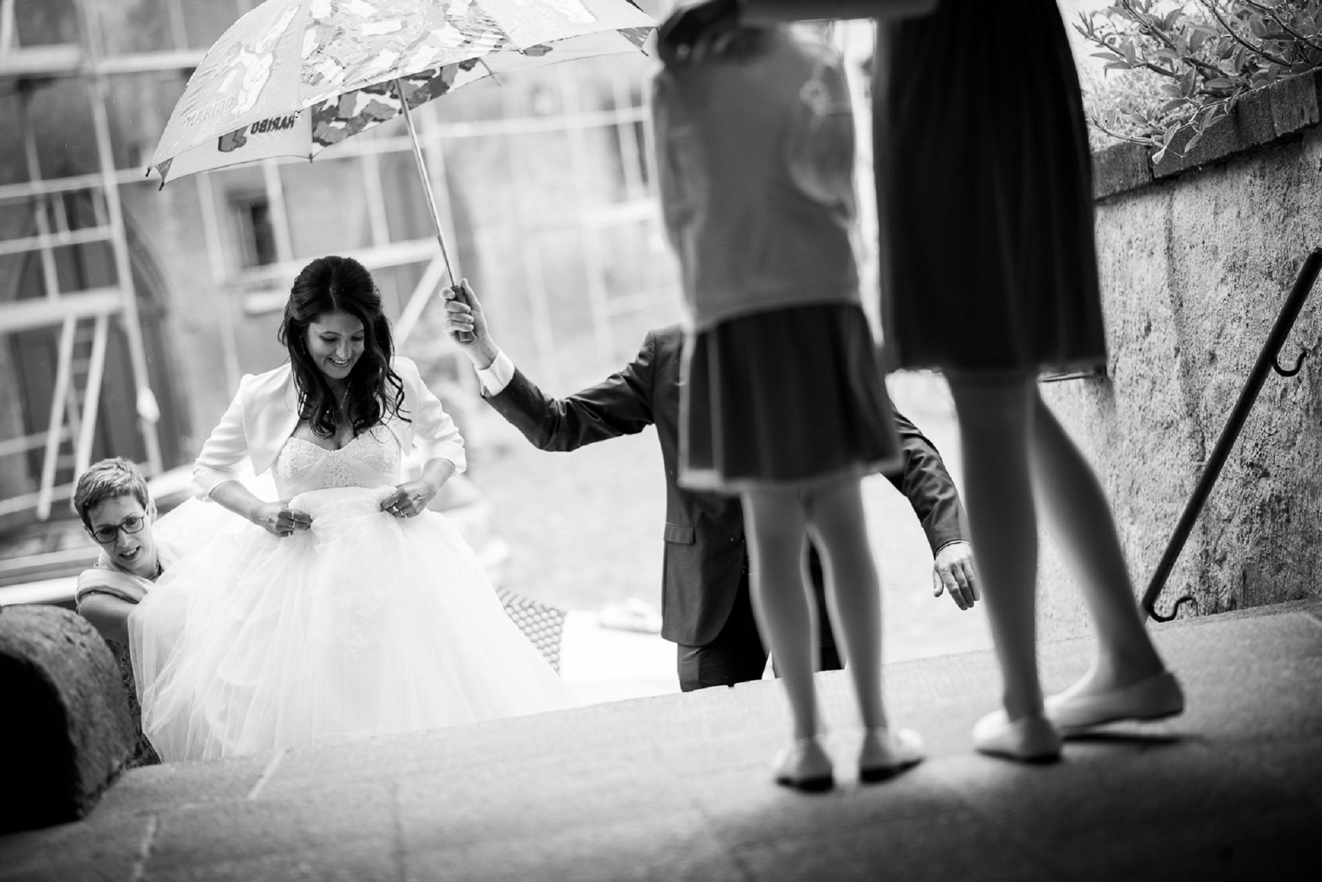 Ein paar Regentropfen zur Hochzeit tun der Feier keinen Abbruch.
