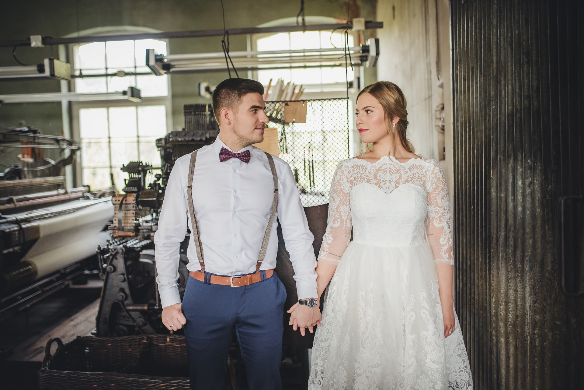 Modern und chic als Braut und Bräutigam