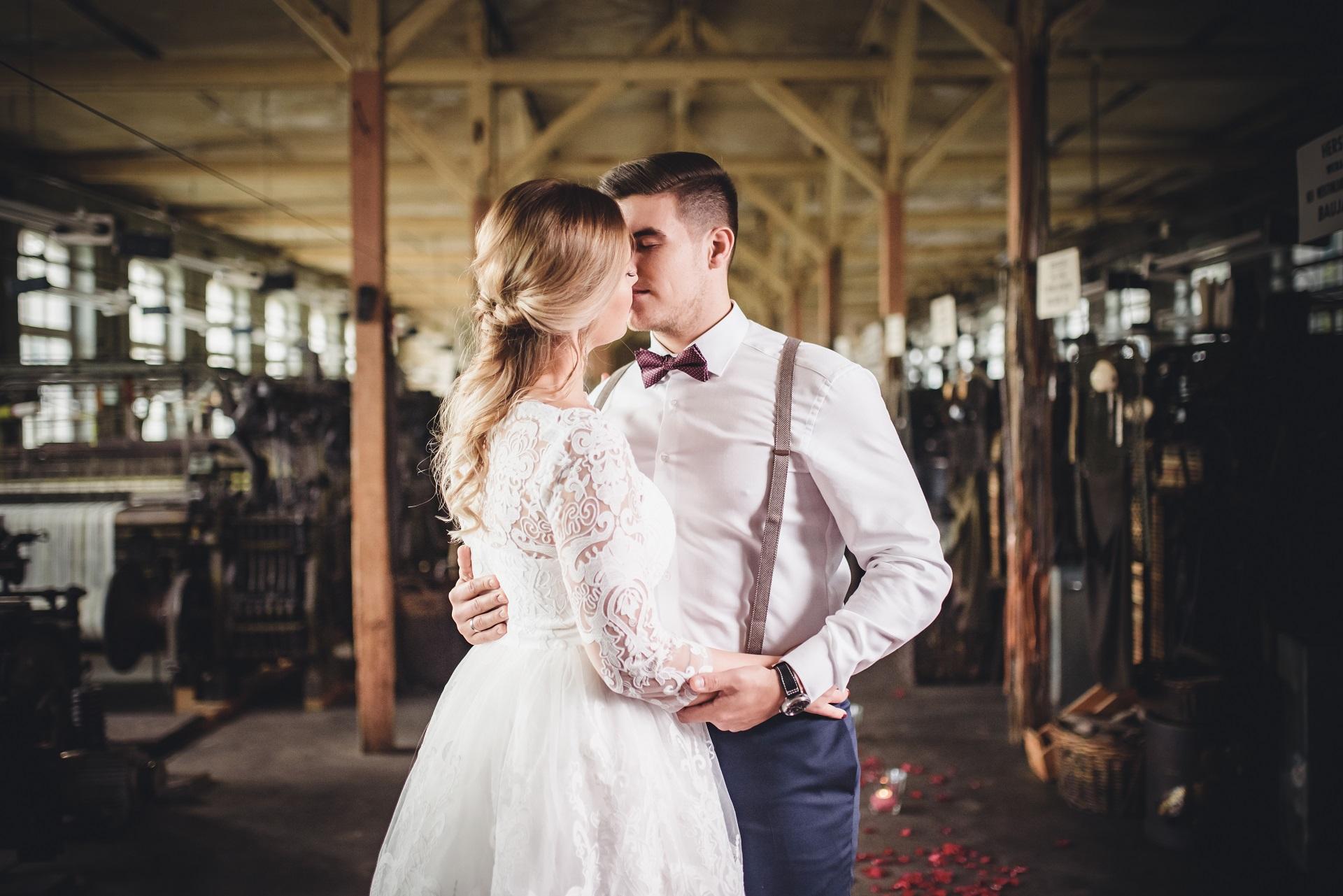 Zärtliche Umarmung zur Hochzeit
